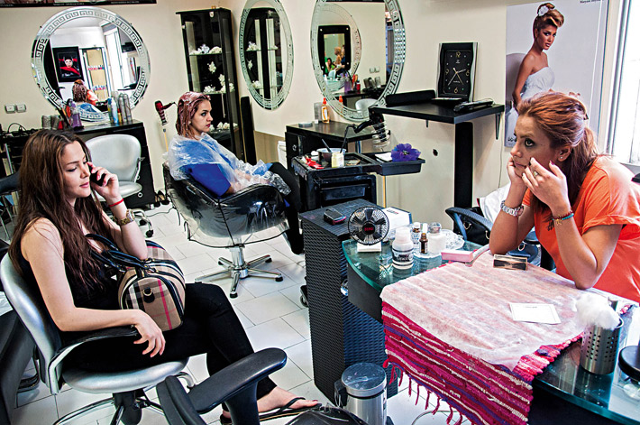 Have you ever been in an iranian living room fotoroom for Living room hair salon